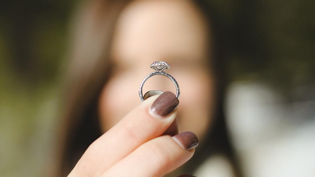 Una empleada de Amazon pide ayuda a los clientes para encontrar su anillo de compromiso caído en un paquete enviado