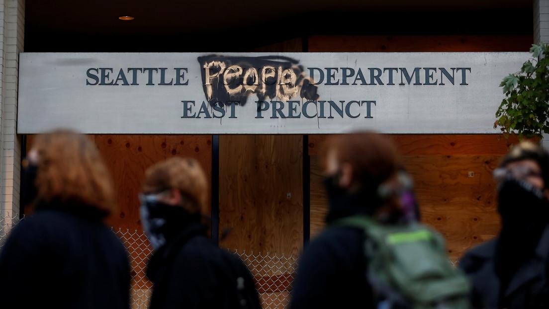 """""""Zona Autónoma de Capitol Hill"""": Manifestantes ocupan una estación de Policía desalojada en Seattle (FOTOS)"""