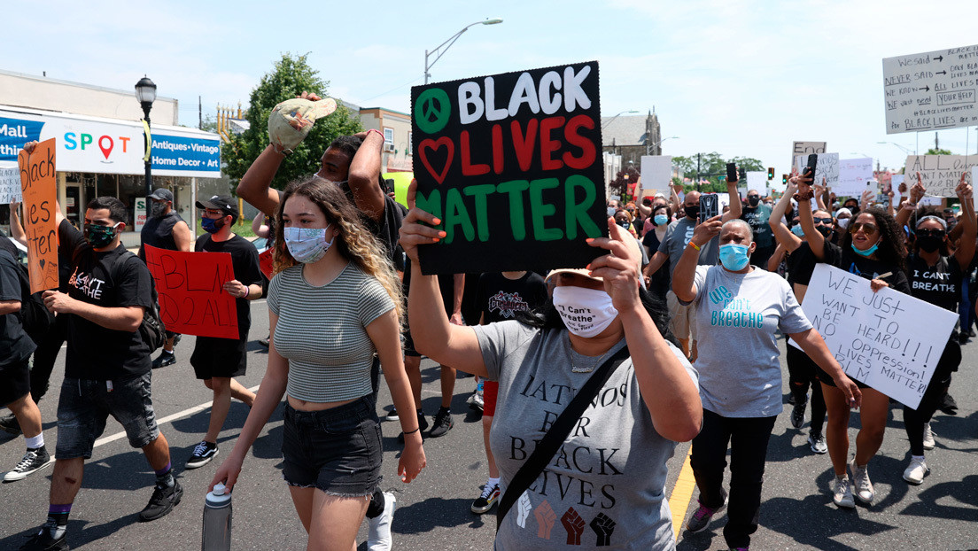 VIDEO: Se burlan de la muerte de George Floyd cuando manifestantes contra el racismo pasan cerca