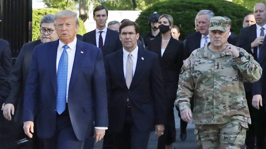 Un alto funcionario del Pentágono lamenta haberse tomado una foto con Trump en un sitio de protesta cerca de la Casa Blanca