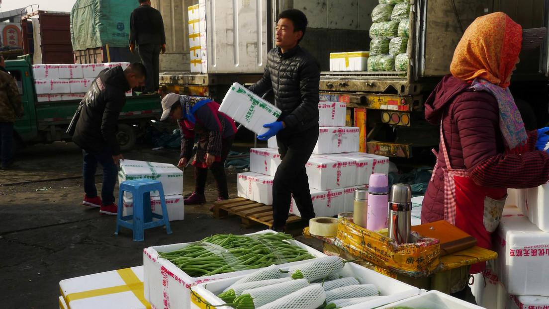Hallan rastros de coronavirus en una tabla de cortar salmón en un mercado de Pekín