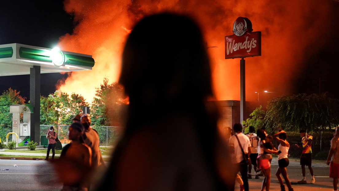 Manifestantes incendian el restaurante donde un policía mató a tiros a un afroamericano desarmado (VIDEOS)