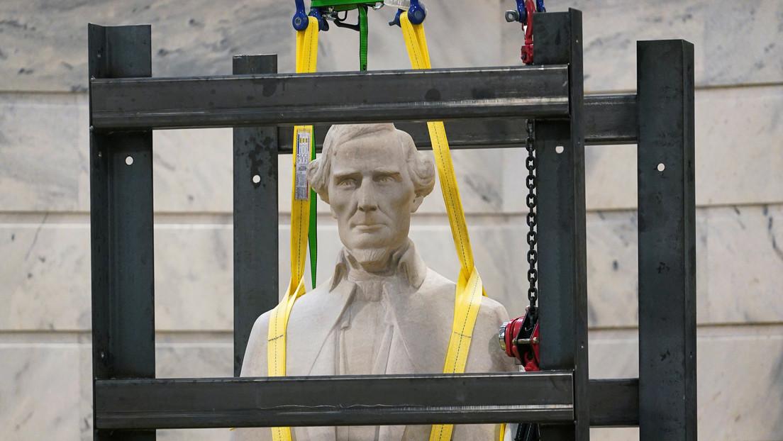 Encuentran una botella de whisky y un periódico dentro de la estatua desmontada del líder confederado