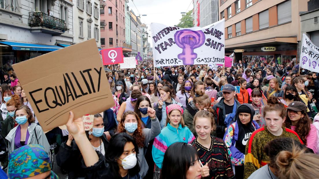 """""""¡El estado opresor es un macho violador!"""": Marchas feministas recorren toda Suiza (VIDEO)"""