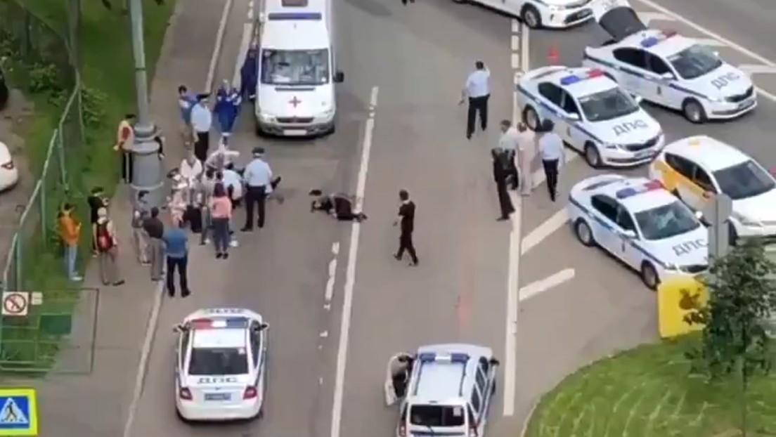 2 policías y un civil heridos — Tiroteo en Moscú