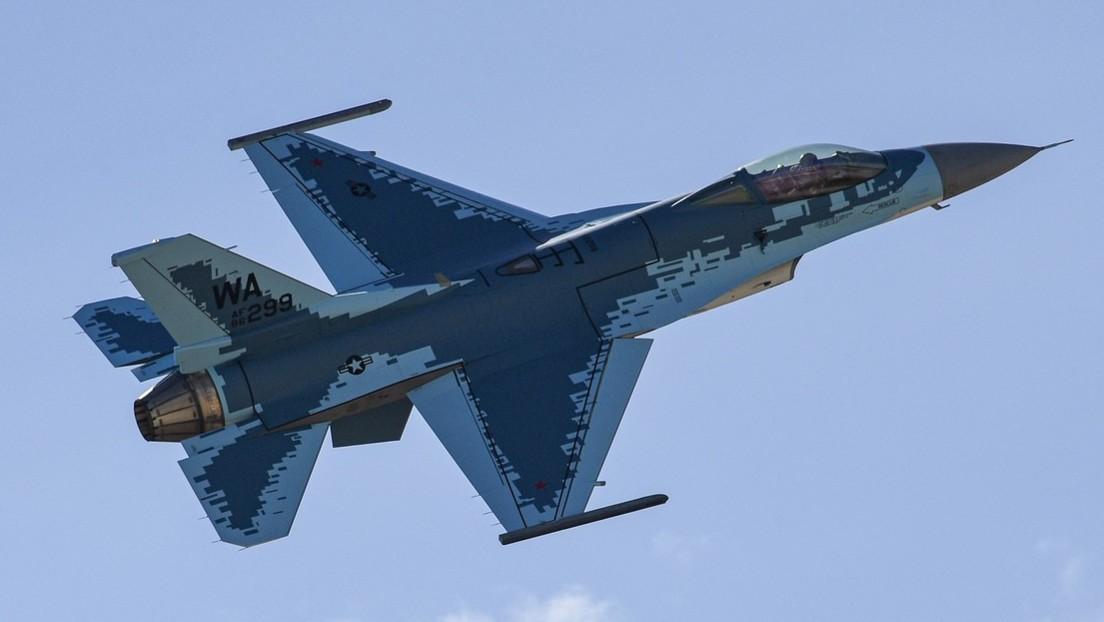 """FOTOS: La Fuerza Aérea de EE.UU. pinta un F-16C como el caza sigiloso ruso Su-57 para simular """"situaciones reales"""" de combate"""