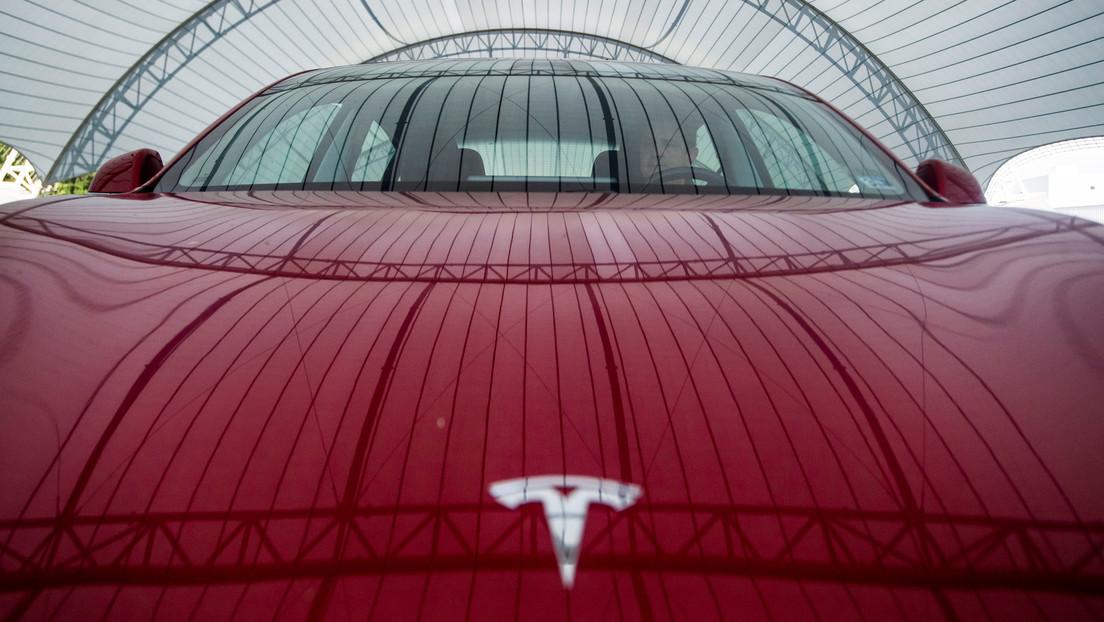 VIDEO: Un Tesla es embestido por detrás por un todocamino en un autolavado