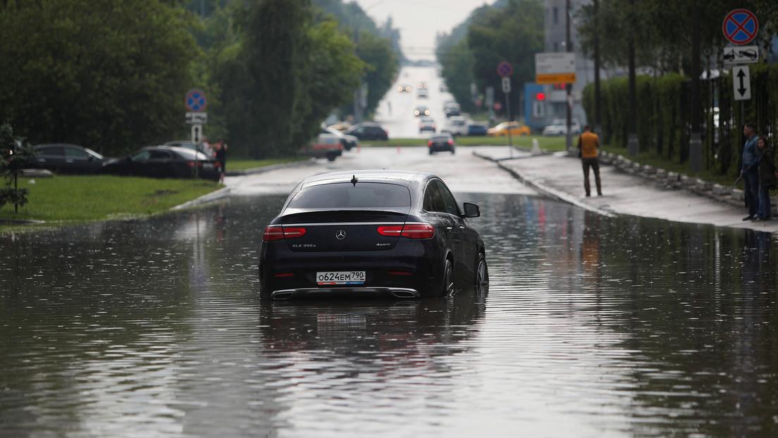 VIDEOS, FOTOS: Una fuerte tormenta inunda varias calles y carreteras de Moscú