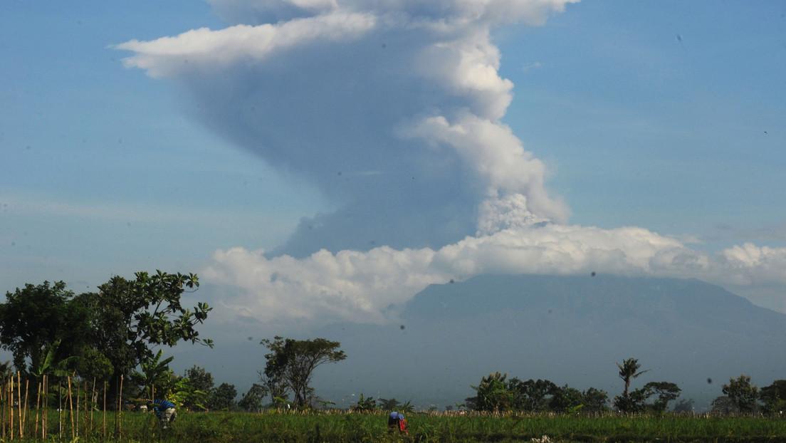 VIDEO: Uno de los volcanes más activos de Indonesia entra en erupción 2 veces y arroja una columna de ceniza de unos 6.000 metros