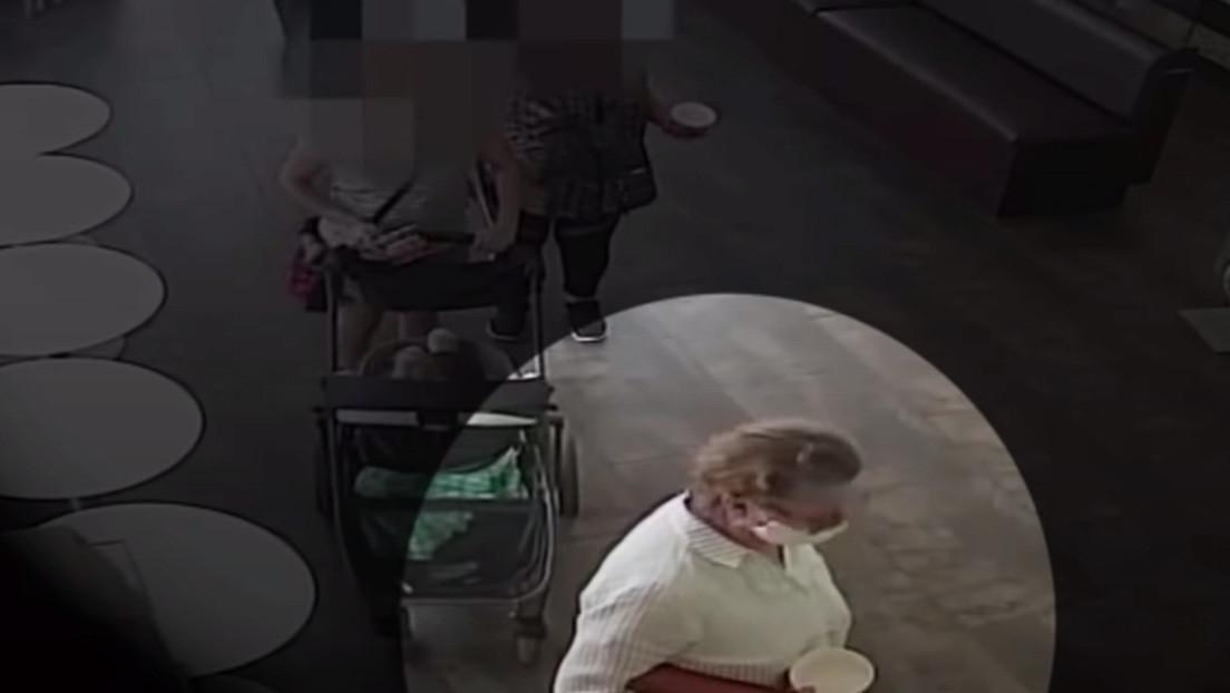 VIDEO: Una mujer blanca se quita la mascarilla y tose sobre el rostro de un bebé de origen hispano en EE.UU.