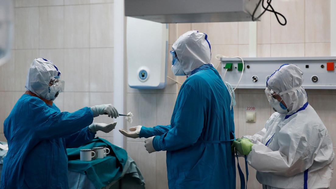 FOTO: Así queda la mano de un médico al quitarse los guantes protectores tras 10 horas de trabajo