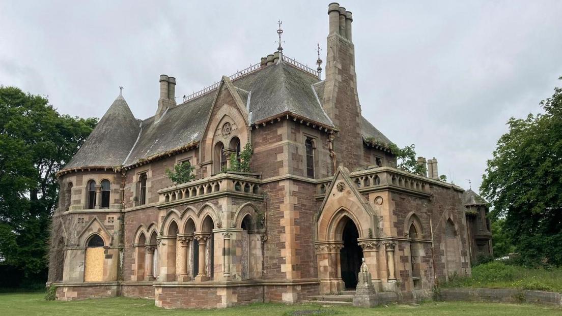 Subastan en Escocia una mansión gótica por una libra esterlina
