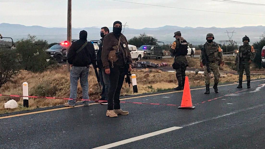 Guerra narco en México: confirman autoridades hallazgo de 14 cadáveres apilados en una carretera en Zacatecas