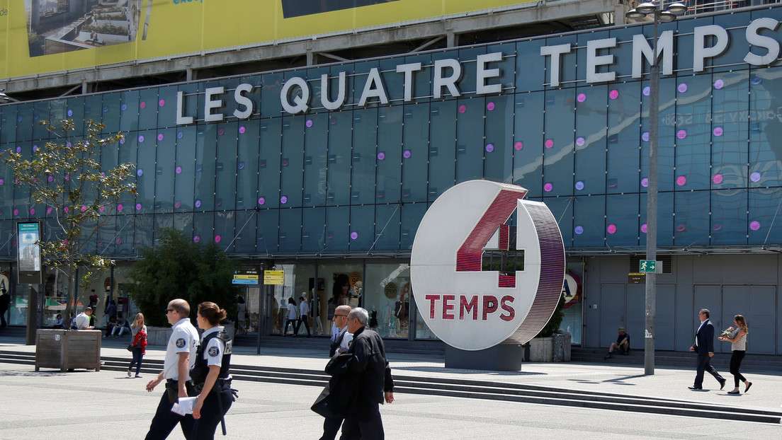 Evacúan un centro comercial en París tras reportes de un hombre armado