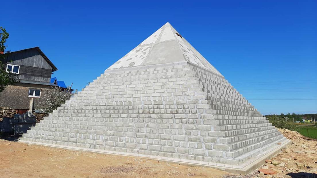 Una pareja rusa construye una réplica de la pirámide de Guiza en su patio (VIDEO, FOTOS)