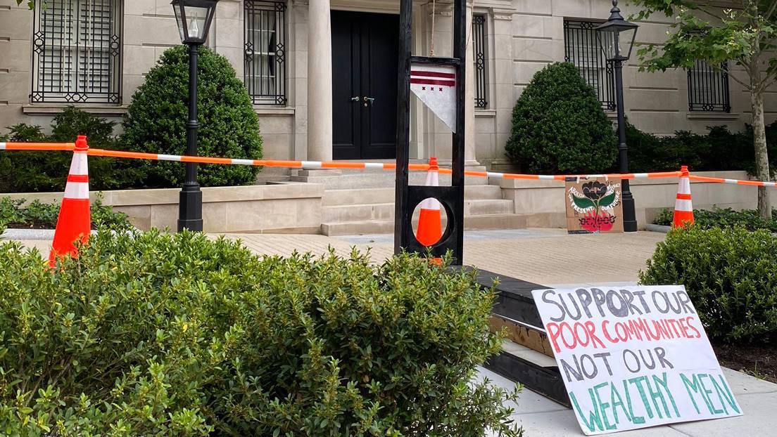 Instalan una guillotina cerca de la casa de Jeff Bezos para exigir mejoras  en las condiciones de trabajo en Amazon (VIDEO) - RT