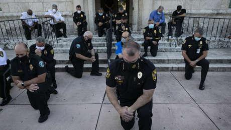 Oficiales rezan de rodillas en solidaridad con los manifestantes contra la brutalidad policial en Florida