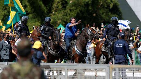 Juez del Supremo de Brasil compara al país con la Alemania de Hitler mientras Bolsonaro se pasea a caballo en una protesta con sus seguidores