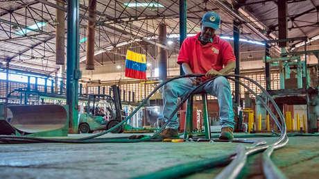 Un 'ejército' de obreros recupera empresas paralizadas en Venezuela con trabajo voluntario