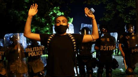 La Policía agrede al equipo de un canal australiano que cubría las protestas en Washington