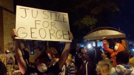 VIDEO: La Policía lanza gas lacrimógeno en respuesta a los petardos durante las protestas en Massachusetts