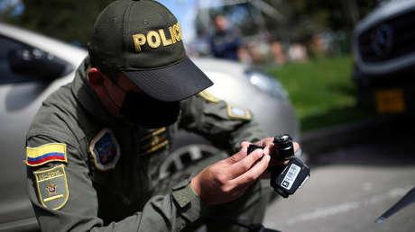 """""""Me metí a esto para proteger ciudadanos"""": Policía colombiano entrega su arma cuando le ordenan desalojar a campesinos (VIDEO)"""