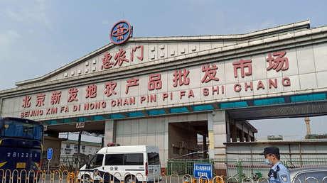 """""""Medidas de control similares a la guerra"""": Un distrito de Pekín responde al brote de covid-19 en un mercado"""