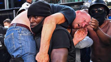 VIDEO: Un hombre negro rescata a un manifestante blanco herido de una multitud, cargando con él sobre sus hombros