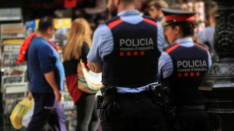 """Joven consigue grabar cómo policías catalanes lo tachan de """"negro de mierda"""" y """"mono"""" en una agresión racista"""