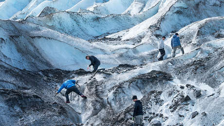 Hallan en una glaciar en Alaska escombros de un avión estrellado en 1952 y restos de los pasajeros