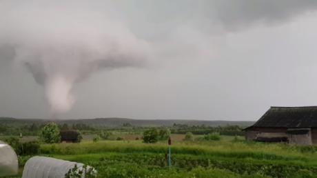 VIDEO: Graban un potente tornado en una zona rural de Rusia
