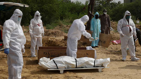 """""""Inhumano"""": Indignación en la India por el traslado del cuerpo de una víctima de coronavirus en una excavadora (VIDEO)"""