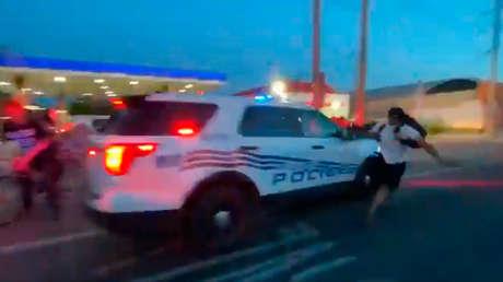 VIDEO: Coche policial acelera contra un grupo de manifestantes durante una protesta en EE.UU.
