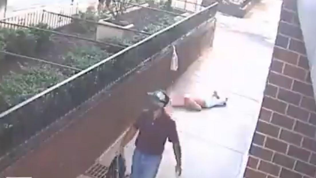 VIDEO: Estrangula y roba a una mujer a plena luz del día y luego se marcha tranquilamente