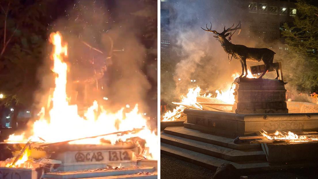 Queman la estatua de un alce en medio de una protesta en Portland (VIDEO)