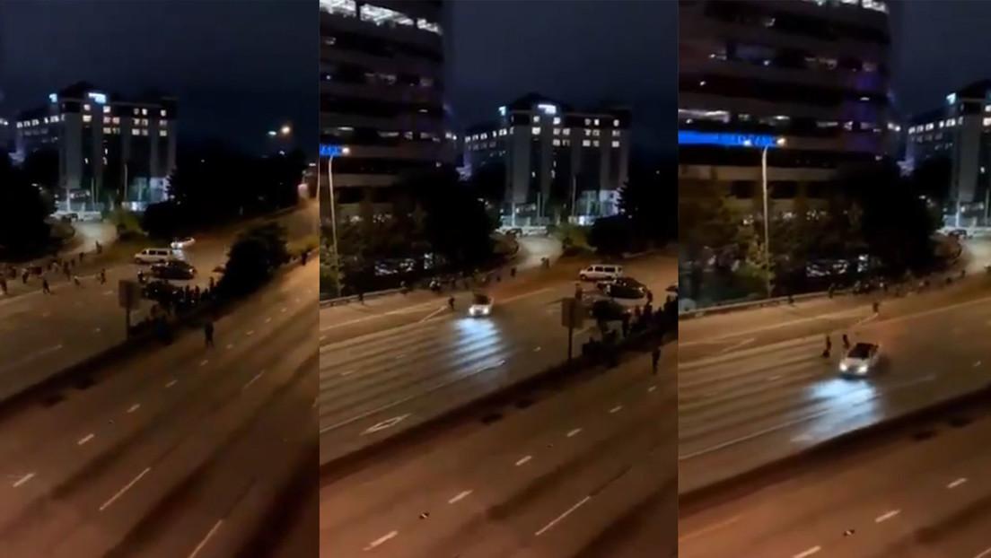 VIDEO: Un coche embiste a dos mujeres a toda velocidad durante una manifestación en una autopista de Seattle