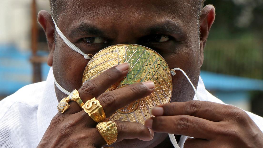 VIDEO: Un hombre usa una mascarilla de oro en medio de la pandemia, a pesar de no estar seguro de su eficacia