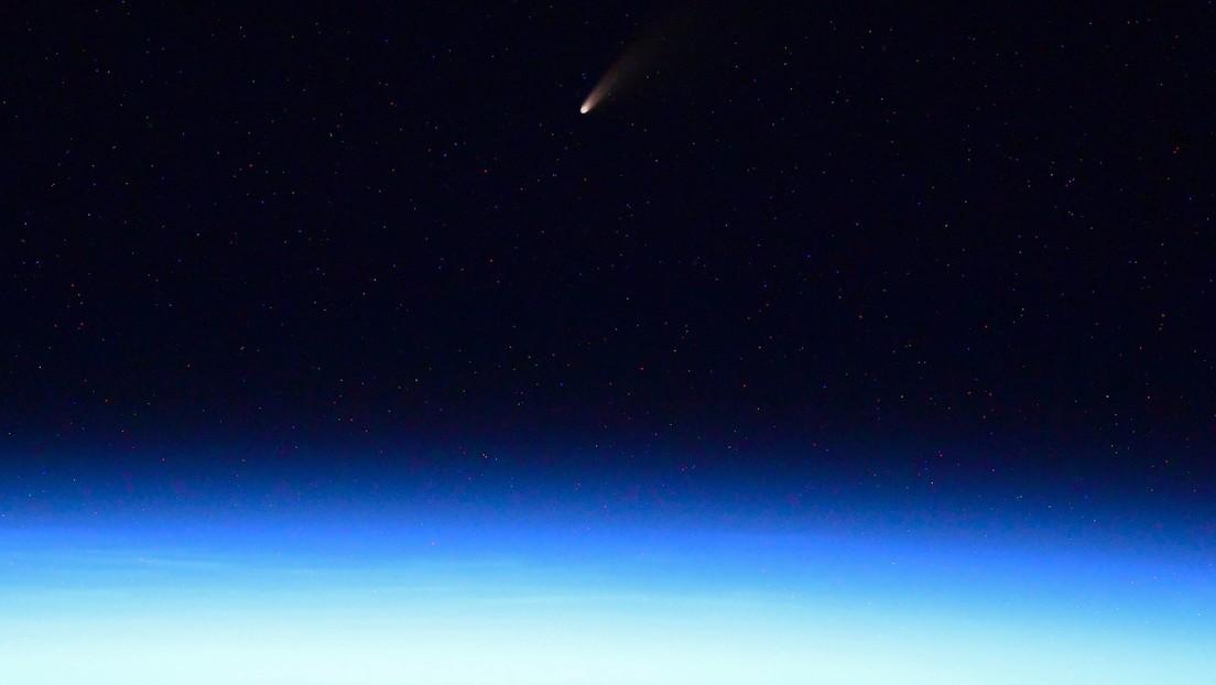 """FOTOS: Un cosmonauta ruso capta el cometa """"más brillante de los últimos 7 años"""" cuando pasaba cerca de la Tierra"""