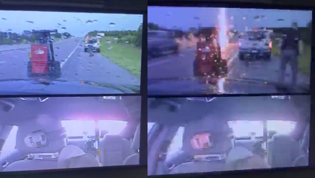 VIDEO: Momento en el que un rayo casi golpea a un policía de tráfico mientras ayuda a un conductor
