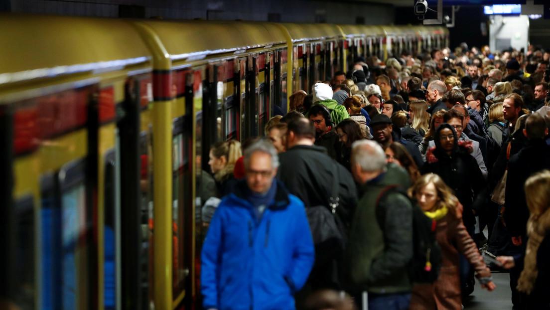 """""""No use desodorante"""": la singular estrategia de Berlín para promover el uso de mascarillas en el transporte público"""