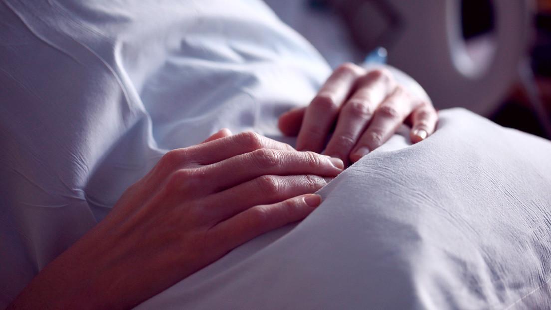 Una joven quedó paralítica y en coma a causa de una rara enfermedad que confundió con una resaca