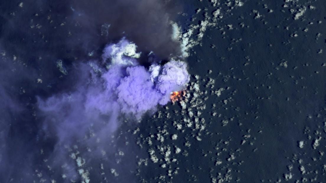 """Una isla volcánica del Pacífico arroja cenizas y 'bombas' en medio de un """"brote vigoroso"""" que la hace crecer"""