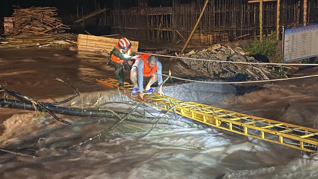 VIDEO: Inundaciones destruyen un histórico puente en China