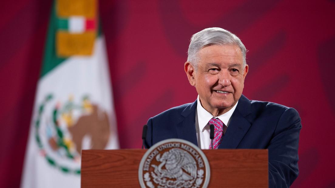 FOTO, VIDEO: López Obrador viaja con cubrebocas en un vuelo comercial rumbo a EE.UU. para reunirse con Trump