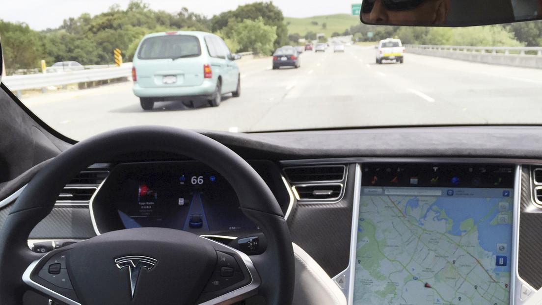 VIDEO: El conductor de un Tesla esquiva un neumático suelto y el piloto automático evita una tragedia