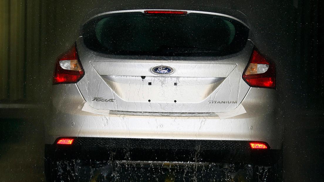 Multan a una mujer por conducir a más de 700 km/h con un sedán económico, pero no tenía la culpa