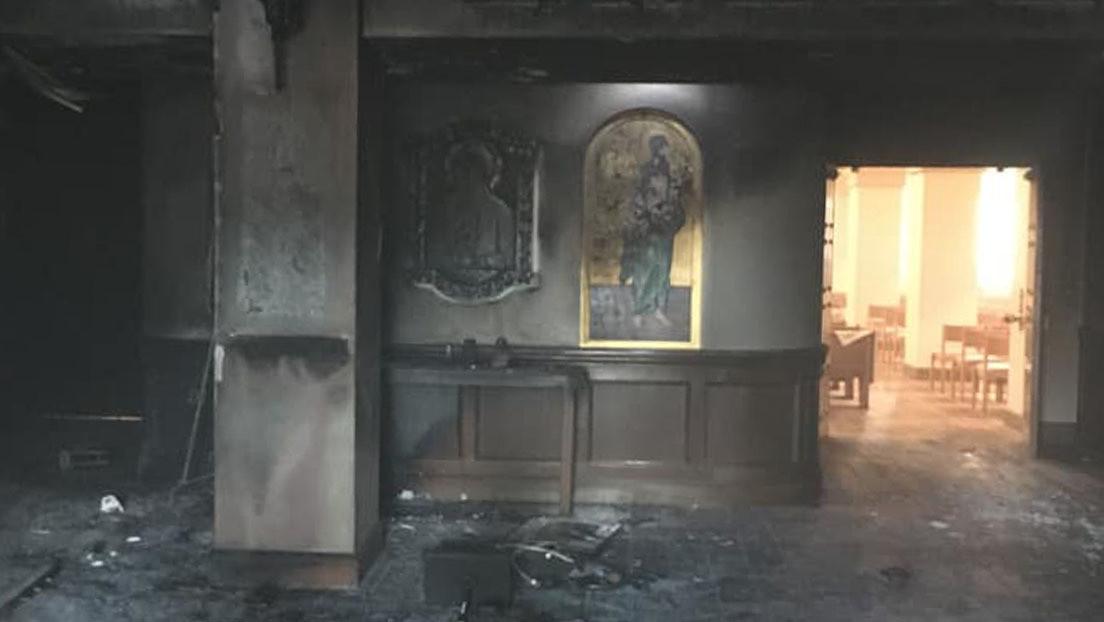 Un hombre derrama gasolina e incendia el vestíbulo de una iglesia mientras los feligreses estaban dentro (FOTOS)
