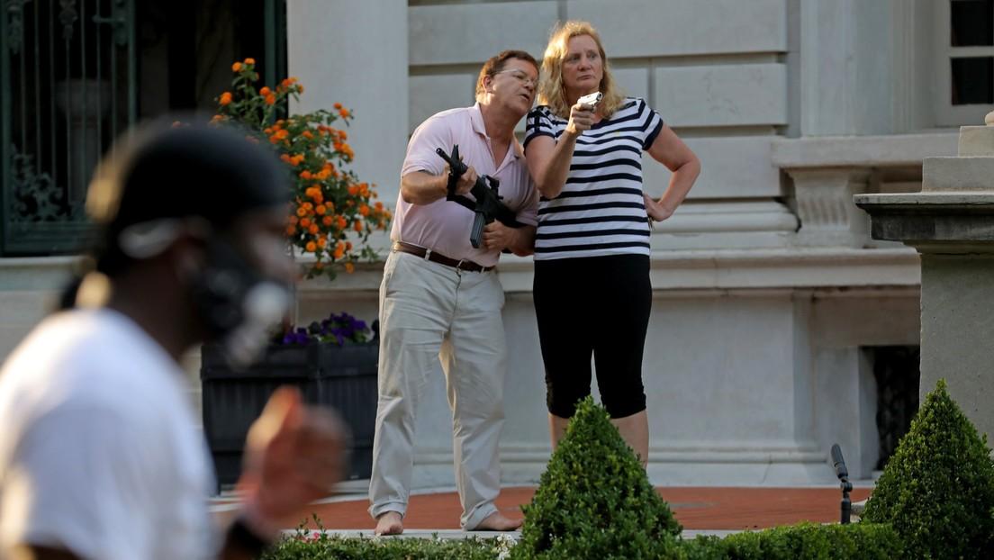 La Policía confisca el rifle de la pareja que apuntó a manifestantes en un lujoso barrio de EE.UU.