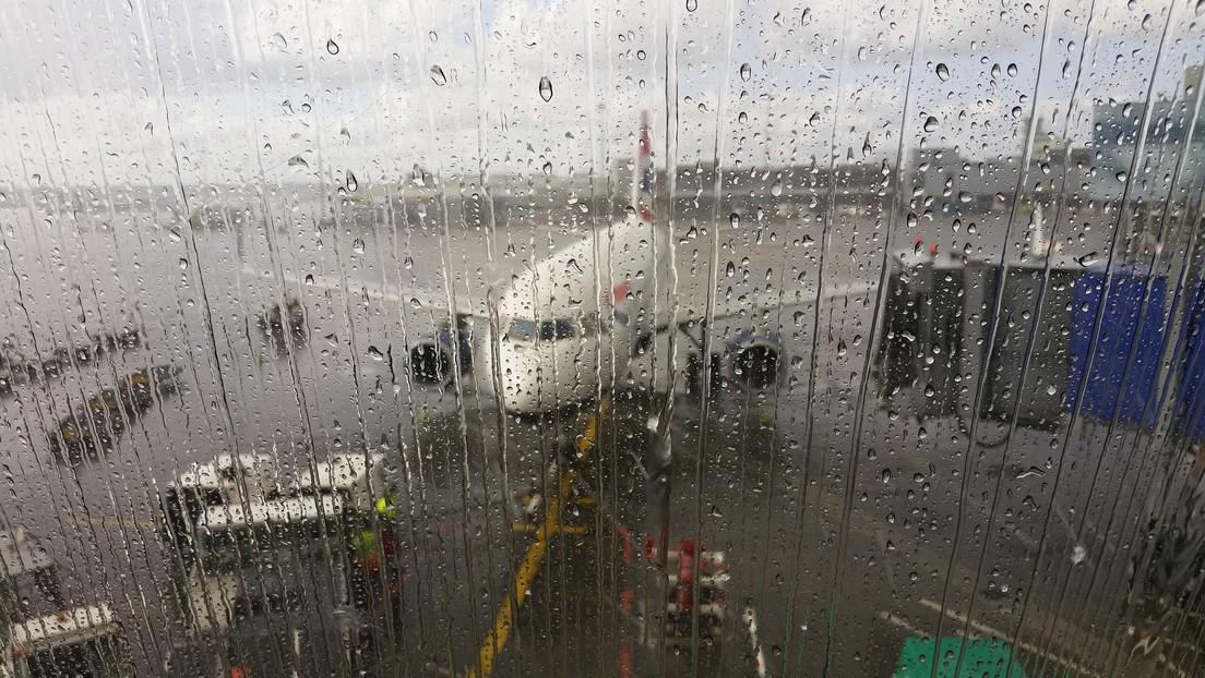 VIDEO: Pasajeros a bordo de un avión se protegen de 'lluvia' debajo de paraguas