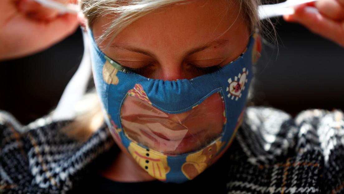 """Crean en México una mascarilla transparente """"que permite ver sonrisas"""""""